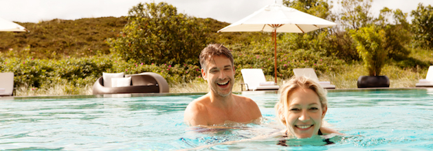 Paar in Pool