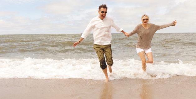 Paar läuft durchs Wasser