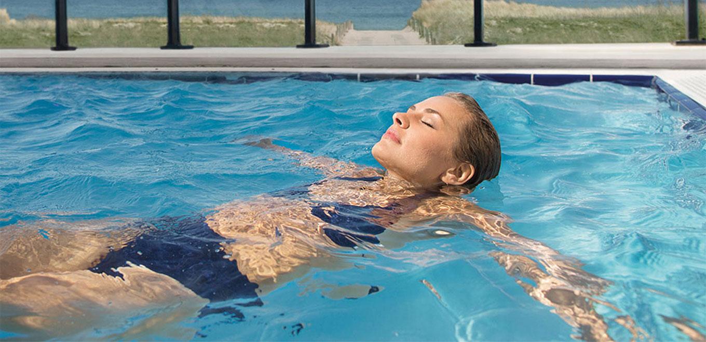Frau in Pool - Warnemünde