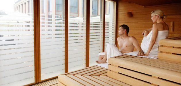 2 Personen in Sauna