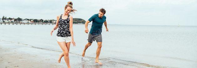 Grömitz Paar läuft am Strand