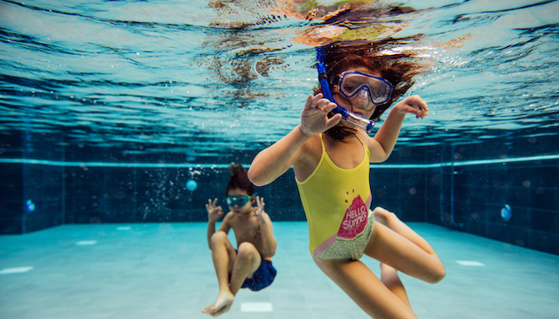 Kinder tauchen in Pool