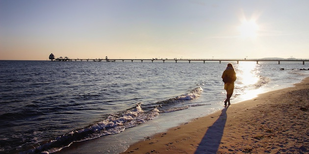 sonnenuntergang-strandspaziergang-groemitz
