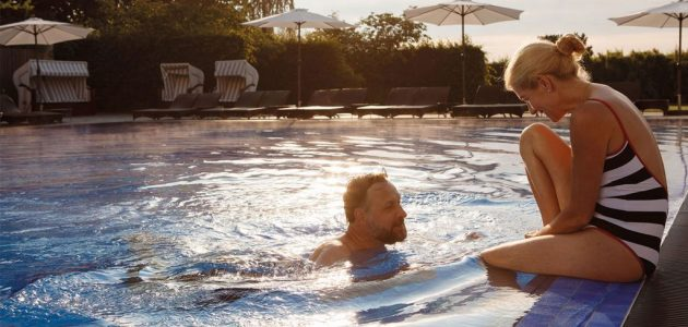 A-ROSA Travemünde Paar im Pool