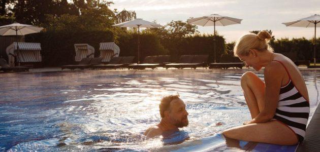 Travemünde Paar im Pool