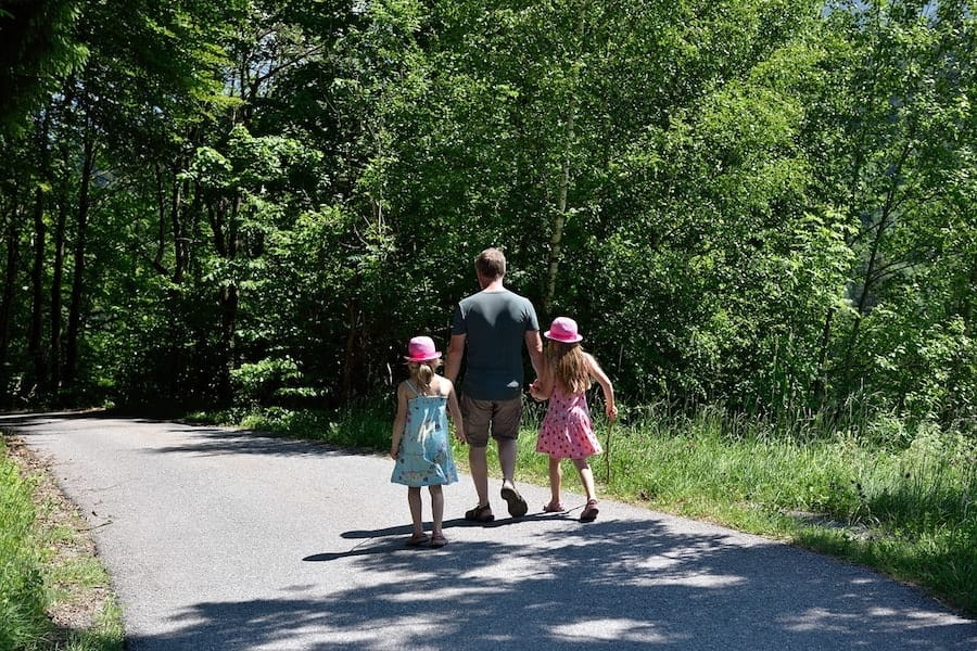 Vater wandert mit Töchtern