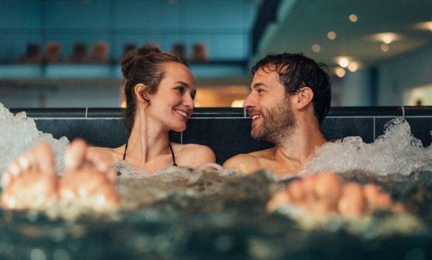 Paar in Pool Travemünde