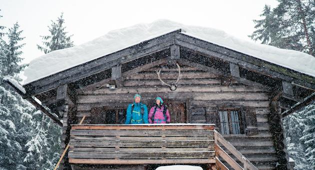 Paar auf Veranda von Berghütte