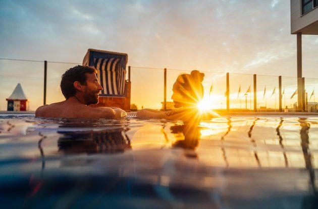 Travemünde Paar im Außenpool bei Sonnenuntergang